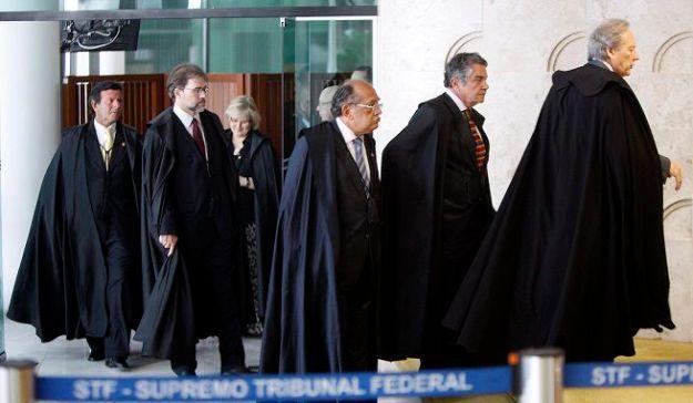"""""""O STF calou e consentiu, de fato, que um juiz de primeira instância grampeasse a presidência da república e, qual um militante terrorista, reivindicasse o delito em cadeia nacional de televisão oligopólica""""."""